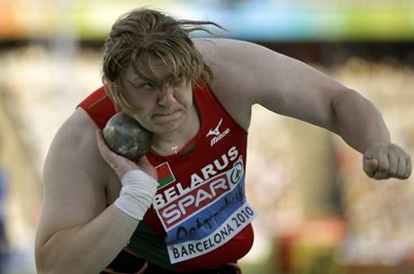 Běloruská koulařka Nadežda Ostapčuková a jeden z jejích pokusů ve finále.