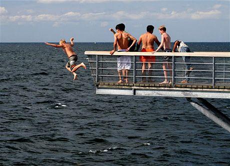 Moře je tu i v létě studené a plné medúz, ale klukům z Malmö to nejspíš nevadí