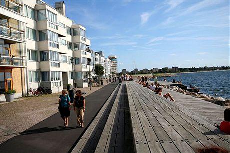 Městská pláž v Malmö, napravo Balt, nalevo kavárny. Promenáda vede téměř až k pevnosti s muzeem