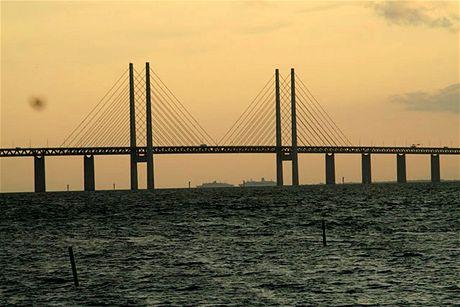 Öresundský most spojuje Malmö s Kodaní, Švédsko s Dánskem. Nahoře jezdí auta, dole vlaky. Pod nimi podplouvají most obří zaoceánské parníky.
