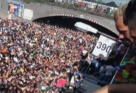 Snímek z amatérského videa zachycuje účastníky Loveparade, kteří uvázli v tlačenici před tunelem u východu (24. července 2010)