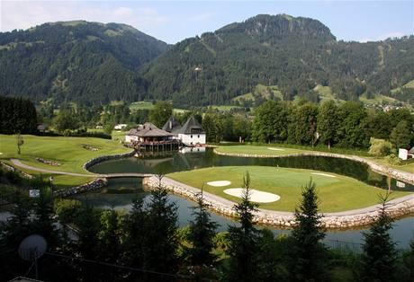 Golf v Kitzbühelu - závěrečné dvě jamky hřiště Kaps: osmička ostrov, devítka na poloostrově.