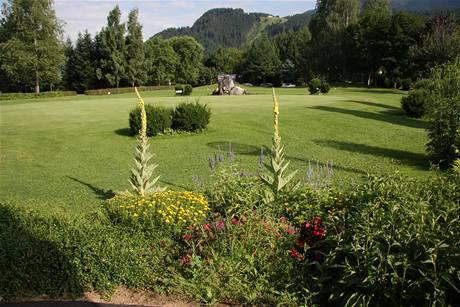Golf v Kitzbühelu - hřiště Schwarzsee je zaplaveno květinami.
