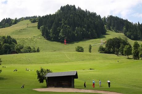 Golf v Kitzbühelu - dojezdu Hahnenkammu ze sjezdovky, která vede vlevo od proslulého kamzíka.