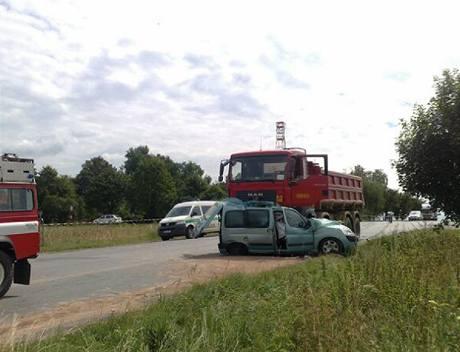Řidič vjel přímo pod kola projíždějícího nákladního auta