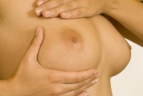 Před kojením je dobré prsy rozmasírovat