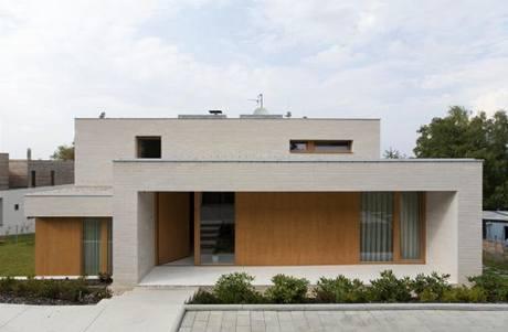 Objem domu odlehčují otvory, jejichž tvar a poloha vychází z vnitřního prostorového uspořádání
