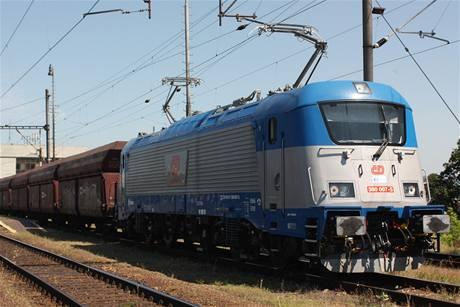 Nová lokomotiva Škoda řady 380 vede nákladní vlak