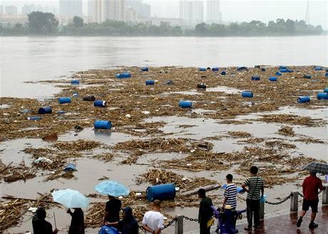 Barely s chemikáliemi v čínské řece Sung-chua