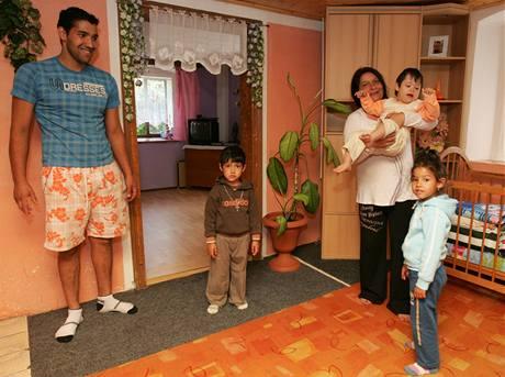 Rodina Pokutů obývá v Uhelné třípokojový byt, který jim pronajalo sdružení Ester. Podle jejich názoru by si lidé neměli neměli tvořit názor jen podle problémových Romů.