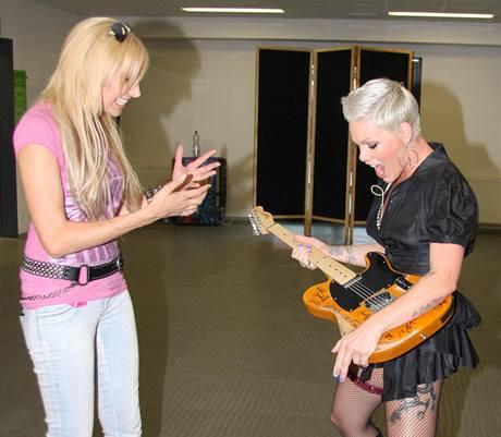 Olga Lounová darovala zpěvačce Pink kytaru