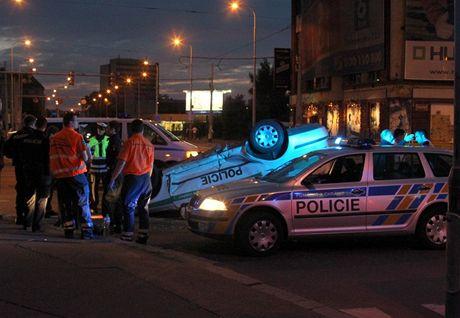 Policejní auta se v křižovatce srazila při pronásledování prchajícího řidiče. Jedno z nich skončilo na střeše.