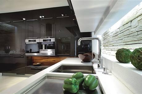 Černá v kuchyni. Jednoduché lince dodá luxusní vzhled