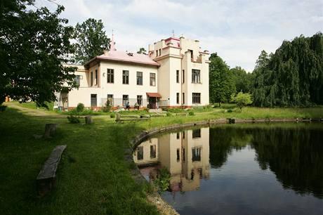V roce 1886 továrník Seykora začal stavět neorenesanční vilu u Kostelce. Dokončil ji v letech 1904 až 1906