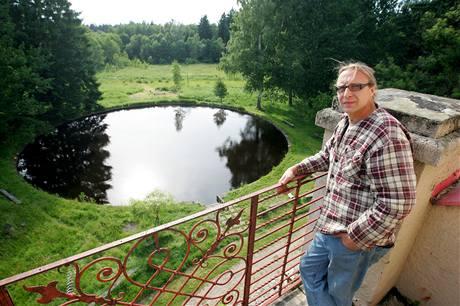 Zdeněk Sokol je vůdčí osobností komunity, která ve vile a jejím okolí plánuje vybudovat ekonomicky i energeticky soběstačné společenství