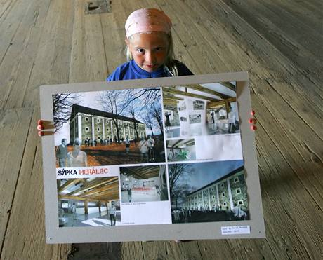 Malá Zuzanka Vincencová se přišla podívat s dědou dovnitř sýpky, kde ještě teď v pátek a v sobotu budou vystaveny soutěžní práce architektů