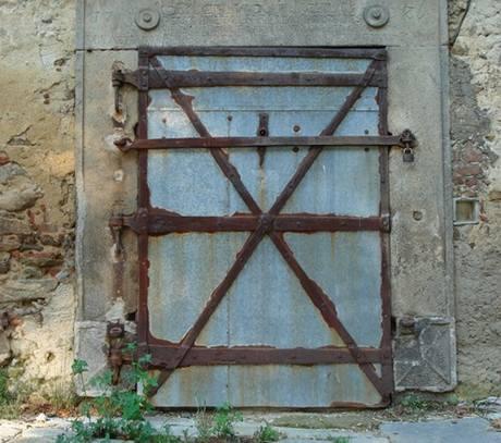 Dveře zámecké sýpky v Herálci