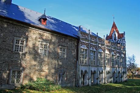 Trojkřídlý patrový zámek v Herálci má dvě nárožní válcové věže s cimbuřím a vikýři