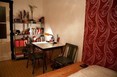 Pracovní prostor se stolkem a kovovou knihovničkou