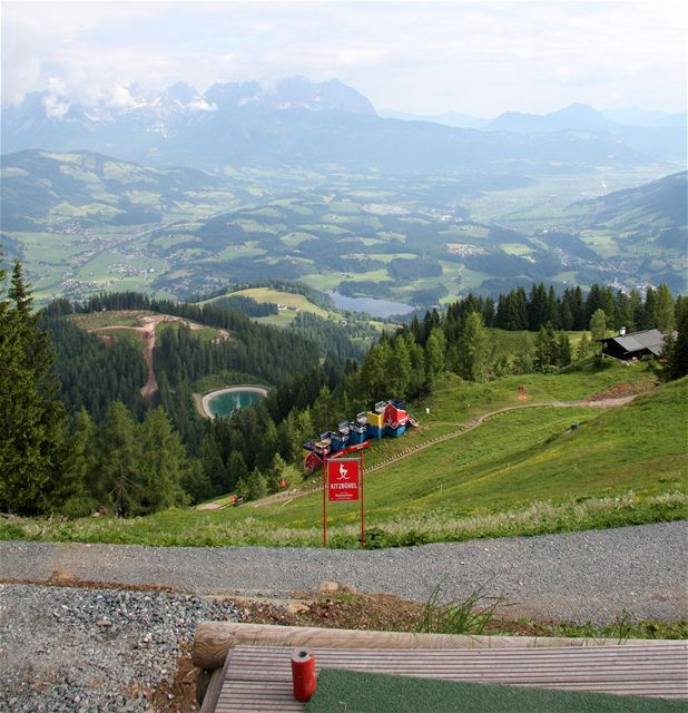 Golf v Kitzbühelu - první odpal na Streifu, jamka je to malé červené vpravo od televizní věže.