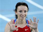 Ruska Maria Savinovová se raduje z postupu do finále v závodě na 800 m.
