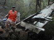 Záchranáři hledají u pákistánského Islámábádu mezi troskami oběti (28. července 2010)