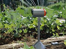 Směrové ostřikovače lze umístit i na stojan, aby dostříkly za rostliny, které závlahu nepotřebují