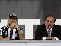 P�IV�T�N�. �pan�lsk� z�lo�n�k Guti se p�edstavuje v Besiktasi Istanbul, vpravo �editel klubu Yildirim Demir�ren.