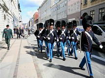 Stráž pochoduje kodaňskými ulicemi ke královskému paláci