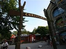 Vstup do svobodného státu Christiania v Kodani. Kasárenské objekty určené k demolici obsadili squateři a hippies už v 70. letech