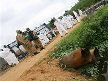 Na sn�mku je skl�dka pobl� m�sta Abid�an, kde byl ulo�en toxick� odpad firmy Trafigura (18. z��� 2006)