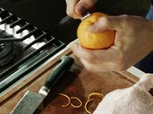 Proužky kůry z chemicky neošetřeného pomeranče si naškrábejte speciální škrabkou