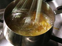 Naškrábané proužky kůry povařte v karamelu připraveném z cukerného roztoku, pomájhejte si přitom metlou. Pomerančová kůra přitom krásně uvolní veškeré aromatické látky