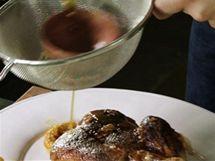Výpečky z pekáče na pečenou kachnu propasírujte