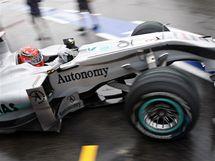 Mercedes Michaela Schumachera v boxech při propršeném tréninku na Velkou cenu Německa
