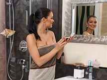 Koupelnu v elegantních hnědých tónech Jitka doplnila luxusně vyhlížejícím zrcadlem, obojí Kozák Bath & Interior