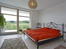 Impozantní výhled do krajiny nabízí i černá kovová manželská postel