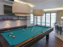 Relaxační místnost je vybavena kulečníkem a domácím barem