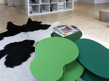 Zelené stolky působí jako příjemný barevná akcent