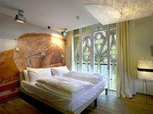 Hotelová ložnice - kombinace starého kláštěra a moderního designu