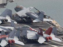 Letadlová loď amerického námořnictva USS George Washington v jihokorejském přístavu Busan čeká na vojenské cvičení