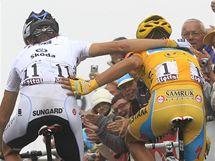 Alberto Contador (vpravo) a vítězný Andy Schleck v cíli 17. etapy Tour de France