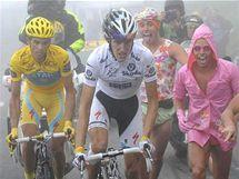 V cílovém stoupání na Tourmalet panovalo psí počasí. Přesto to některým fanynkám a fanouškům nezabránilo obléct se nalehko a povzbuzovat duo Andy Schleck (v bílém) a Alberto Contador