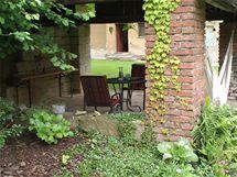 Majitelé postupně zkrášlují i okolní zahradu