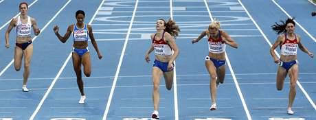 Denisa Rosolová (vlevo) dobíhá do cíle na pátém místě. Zlato získala Ruska Firovová (uprostřed).