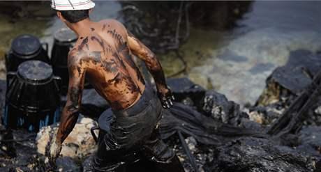 Místní rybář odklízí ropnou skvrnu ve Žlutém moři (23. července 2010)