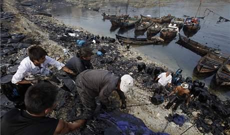 Místní rybáři odklízí ropnou skvrnu ve Žlutém moři (23. července 2010)