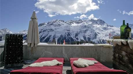 Terasa hotelu Kempinski ve Svatém Mořici ve Švýcarsku.
