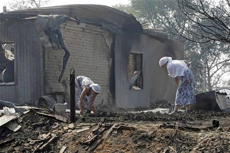 Obyvatelky shořelého domu v oblasti Voroněže se probírají spáleništěm (31. července 2010)