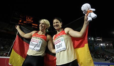ZLATO A STŘÍBRO putuje do Německa. Získaly ho vítězná Linda Stahlová (vpravo) a Christina Obergföllová.